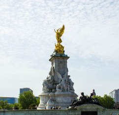 Statue in front of Buckingham Palace